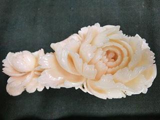 神奈川県茅ヶ崎市 本珊瑚 牡丹彫刻 帯留