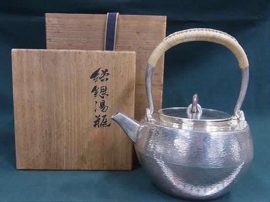 秦蔵六 純銀製 鎚文 環摘 銀瓶